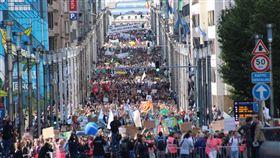 響應為氣候罷工 布魯塞爾逾萬人上街遊行比利時布魯塞爾9月20日響應全球抗暖化號召,有1萬5000人罷工罷課和平示威遊行,長長隊伍壯觀。中央社記者唐佩君攝 108年9月21日