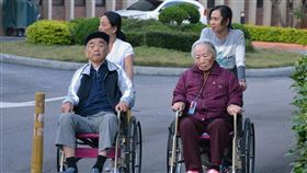外籍看護協助照護失能者(2)僱用外籍看護協助照護家中失能者在台灣已是常態,路上經常可見外籍看護推著坐輪椅的長者外出散步。中央社記者黃旭昇攝 106年11月18日