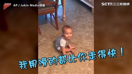 ▲小寶寶開心的嚕屁股。(圖/翻攝自AP/Jukin Media授權)