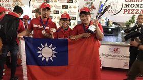 台灣隊在「比薩起源地」義大利拿坡里打敗義大利人,奪得「第18屆拿坡里CAPUTO盃世界披薩職人錦標賽」(圖/BANCO 提供)