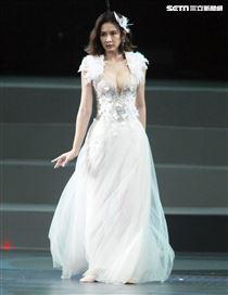 安心亞吊著鋼絲身穿白色飄逸洋裝,胸前超深V設計讓人直噴鼻血,波濤洶湧的傲人上圍呼之欲出,可以說是最魔鬼身材的仙女。(記者邱榮吉/攝影)