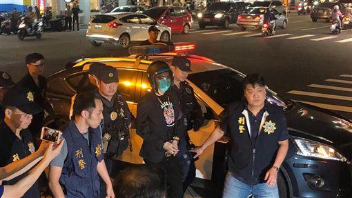 ▲連千毅被戴上安全帽,在警方強力戒護下,晚間抵達高雄。(圖/翻攝畫面)