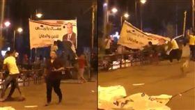 抗議群眾撕毀塞西的巨幅海報。(圖/翻攝自推特@JamalsNews)
