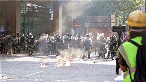 反送中屯門遊行 示威者投擲汽油彈香港反送中人士21日下午在屯門舉行遊行,防暴警察下午4時許清埸,示威者投擲汽油彈。中央社記者張謙香港攝  108年9月21日