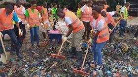 幾內亞比索民眾響應世界環境清潔日,穿著背心,手持耙子清理垃圾。(圖取facebook.com/WorldCleanupDay)