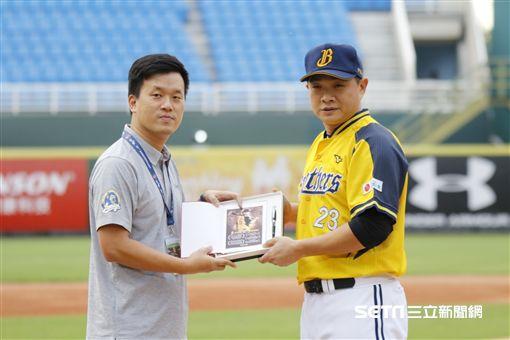 桃猿由王溢正代表送上禮物給彭政閔祝福退休。(圖/記者林聖凱攝影)