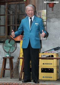 林義雄拍「用九柑仔店」老當益壯。(記者邱榮吉/攝影)