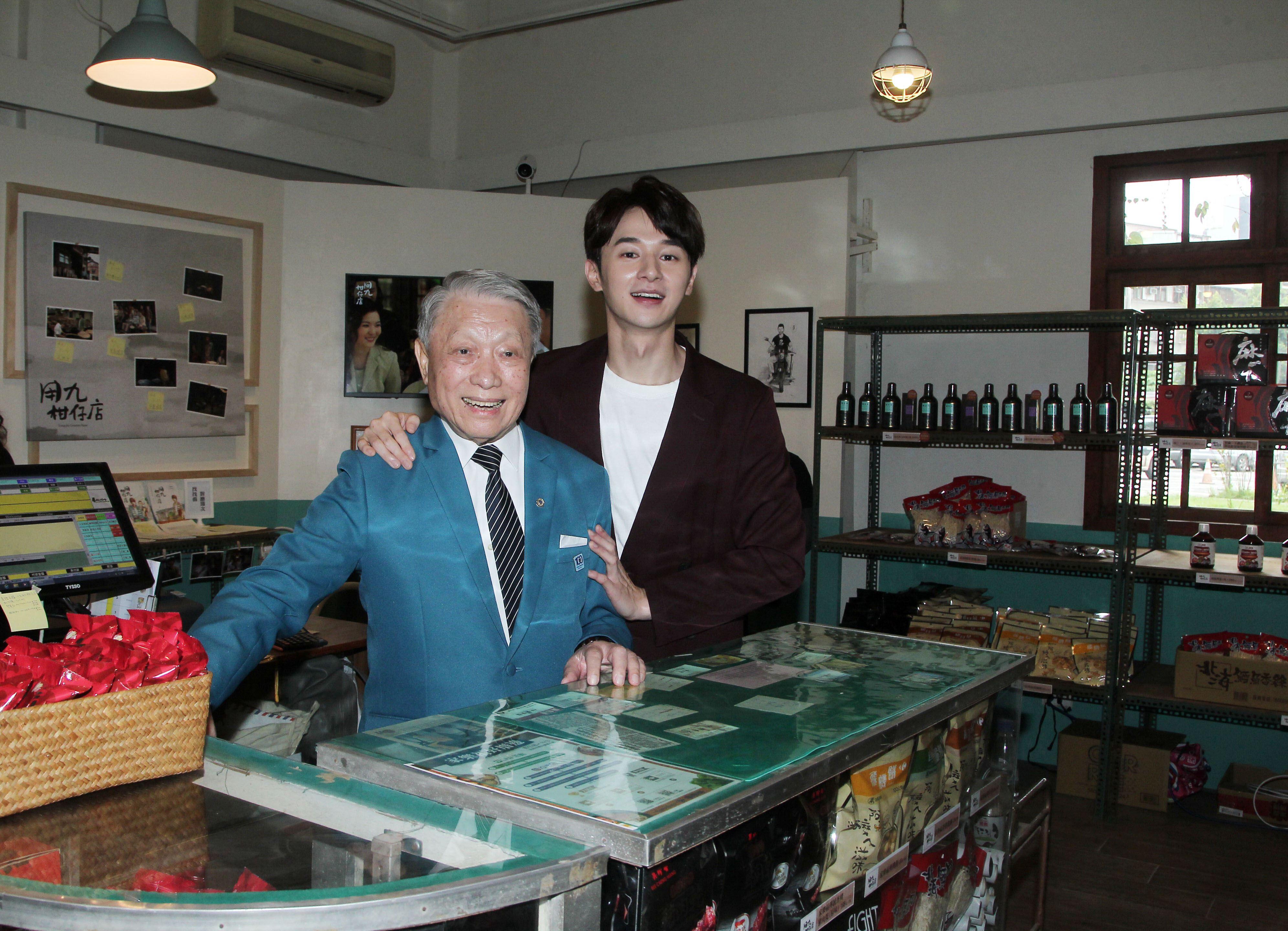 張軒睿和林義雄共同為「用九柑仔店」復刻快閃店在華山文創園區開幕。(記者邱榮吉/攝影)