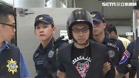 連千毅進入高雄地檢署,安全帽遮光罩拉下,遮住無神雙眼,不斷對媒體說「謝謝關心」。(圖/翻攝畫面)