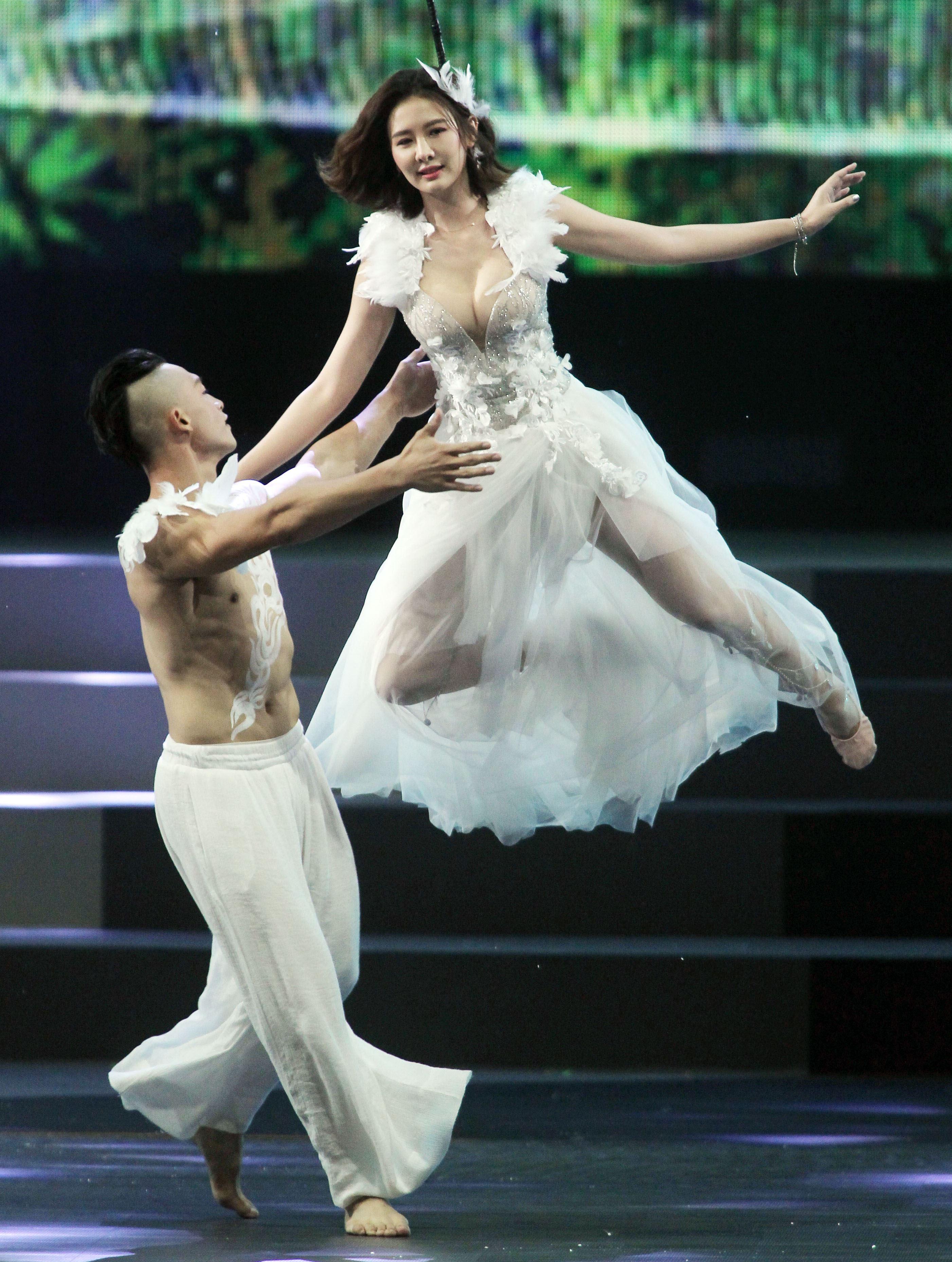安心亞化身女神結合武術表演挑站高空特技表演。(記者邱榮吉/攝影)