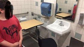 廁所,自閉症,歧視,侮辱,羞辱,美國,休息,讀書,讀書,空間, 圖/翻攝自Danielle Goodwin臉書
