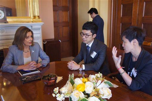 香港眾志常委羅冠聰(前中)與歌手何韻詩(右)等人,一同拜會多位美國參眾議員以尋求支持,包括聯邦眾議院議長裴洛西(左)。(圖取自facebook.com/NathanLawKC)