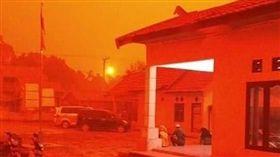 空汙太嚴重!「血色天空」籠罩印尼 居民嚇:分不清日夜(圖/翻攝自推特)