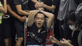 環球時報記者付國豪(前中)8月13日在香港機場遭反送中示威者綑綁、毆打。(檔案照片/美聯社)