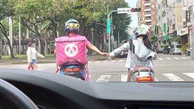 BMW駕駛等紅燈!前方外送員牽手16秒不放 閃瞎上萬人 加藤軍台灣粉絲團 2.0臉書