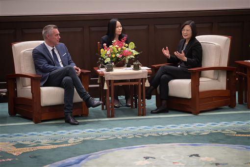 蔡英文總統23日上午接見「法國國民議會友台小組主席塞沙里尼(Jean-François Cesarini)訪問團」。(圖/總統府提供)