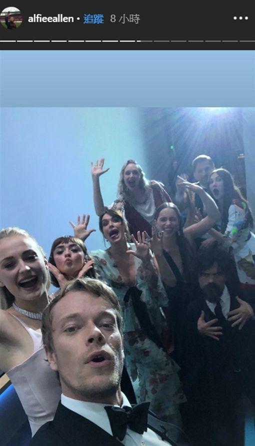「冰與火之歌:權力遊戲」主要演員22日在第71屆艾美獎重聚並自拍,讓網友欣喜若狂。(圖取自阿爾菲艾倫IG網頁instagram.com/alfieeallen