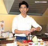 修杰楷創立全新品牌《佐室SAUCE LAB》料理包和醬包,大秀廚藝。(記者邱榮吉/攝影)