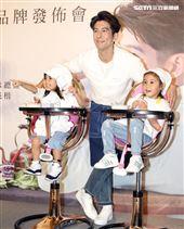 修杰楷請兩位女兒咘咘和波妞當起小小美食評論家,小孩不好控制。(記者邱榮吉/攝影)