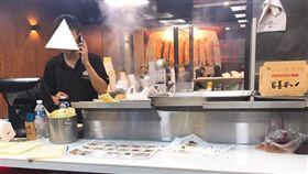 (16:9) 桃園龍潭一間鍋貼店,只有一位店員服務,讓眾網友看了很不忍。(圖/翻攝自爆怨公社)