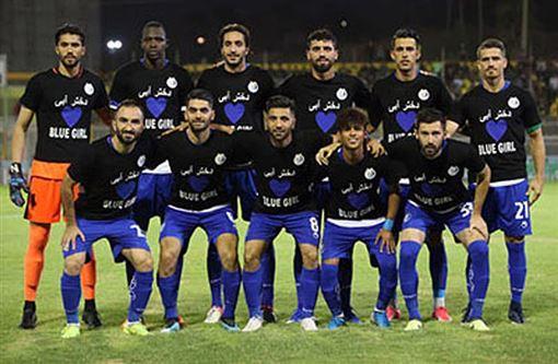 德黑蘭Esteghlal F.C.隊徽身穿寫著BLUE GIRL的隊服,以聲援被稱為「藍色女孩」的女足球迷卡達雅利。(圖取自維基共享資源;版權合理使用)