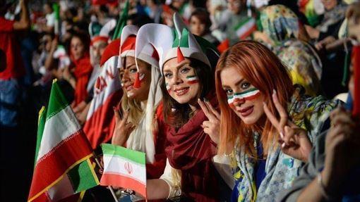伊朗一名女足球迷扮男裝試圖闖關足球場看球賽,被逮捕後自殺身亡,引發網路一片罵聲,國際足球總會要求伊朗當局讓女性自由進出足球場。圖為2018年6月伊朗女性曾獲准在德黑蘭自由體育場內觀看世足賽直播。(安納杜魯新聞社提供)