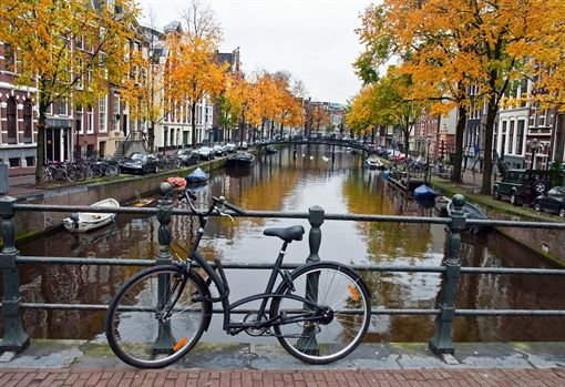 圖4(S)-shutterstock_64495348(阿姆斯特丹Autumn in the Netherlands with canal and bicycle).jpg ID-2145958