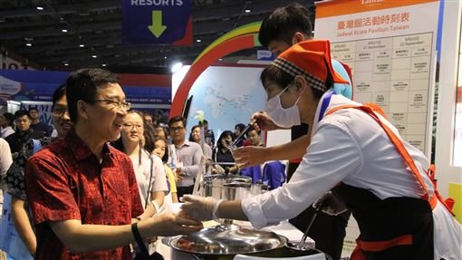 交通部觀光局參加印尼旅展中華民國交通部觀光局參加印尼最大秋季旅展,圖為參展業者22日提供免費檸檬愛玉冰飲,吸引民眾大排長龍。中央社記者石秀娟雅加達攝 108年9月23日