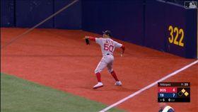 ▲貝茲(Mookie Betts)右外野警戒區直送三壘。(圖/翻攝自MLB官網)