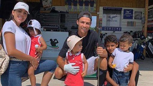 ▲C羅(Cristiano Ronaldo)和女友喬治娜(Georgina Rodriguez)組成的5口之家。(圖/翻攝自C羅IG)