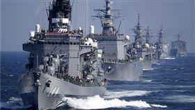日本海自將舉辦令和時代首次閱艦式,南韓確定不會派艦參加,圖為2015年海自艦艇在閱艦式中編隊航行。(圖/路透社/達志影像)