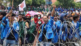印尼國會審理多項爭議法案印尼國會近來趕在換任前通過弱化肅貪委員會的法案,且正審理禁止強暴受害者墮胎、未婚者合意性行為等爭議性極高的刑法修正草案。印尼大學生24日憤怒破壞蛇籠。中央社記者石秀娟雅加達攝 108年9月24日