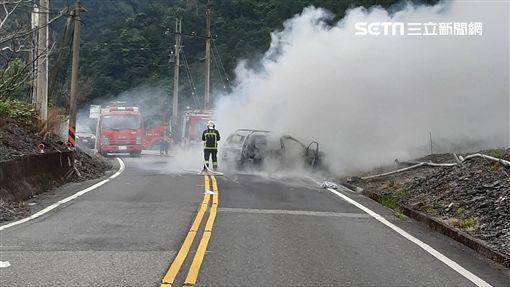 宜蘭大同鄉嘉蘭路段發生自撞山壁後火燒車的車禍(翻攝畫面)