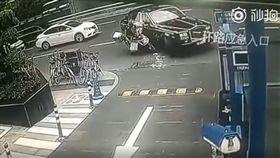 外賣哥車禍…一看對方竟是「勞斯萊斯」!維修費250萬起(圖/翻攝自秒拍)
