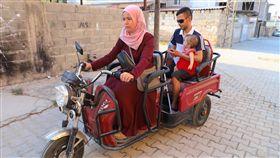 敘利亞衝突與牧羊人哈拉夫(3)棲身土耳其的敘利亞難民哈拉夫(戴墨鏡者)與妻子朱哈達(駕車者)、女兒法拉22日外出。非政府組織提供失明的哈拉夫電動三輪車,由朱哈達駕駛。中央社記者何宏儒雷伊漢勒巿攝 108年9月25日