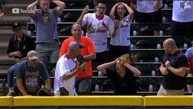 ▲兩個球迷搶接全壘打,結果球進手套又掉回場內。(圖/翻攝自MLB官網)