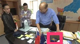 ▲《Wecare高雄》截圖韓國瑜去年拍影片時,桌上大方擺菸盒(圖/翻攝YouTube)