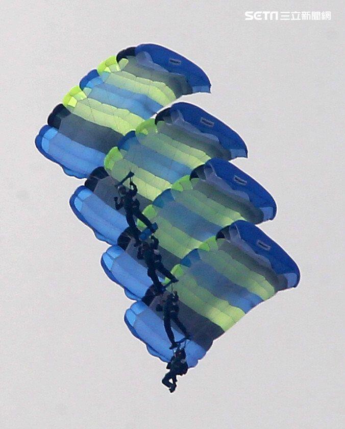陸軍神龍小組睽違九年重現六人疊傘展現精湛操傘技術。(記者邱榮吉/攝影)