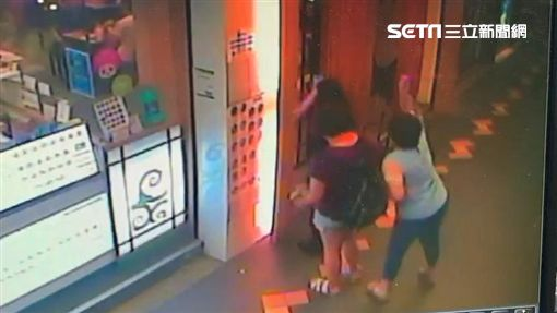 「A+虎媽」與妹妹相約吃飯,卻遭遇隨機攻擊的女子(翻攝畫面)