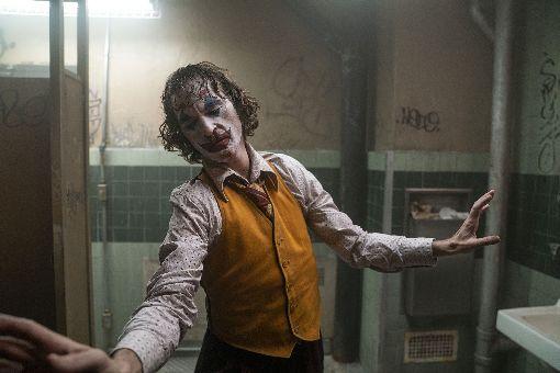 寫日記步入狂人心境  瓦昆菲尼克斯小丑獲好評影星瓦昆菲尼克斯(Joaquin Phoenix)在新片「小丑」(Joker)中,演繹一名社會底層的男子從飽受霸凌欺壓,轉化成高譚市最狂惡人「小丑」的過程與心境,瓦昆開拍前透過撰寫日記,逐漸進入角色內心,演技贏得熱烈好評。(華納兄弟提供)中央社記者洪健倫傳真  108年9月26日