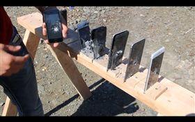有網友持AR-15步槍對著蘋果和三星做測試,三星全數射穿,但蘋果還有一支完好無缺。(圖/翻攝自EverythingApplePro臉書)
