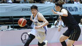 瓊斯盃女籃  中華藍二度延長勝南韓(2)2019第41屆威廉瓊斯盃國際籃球邀請賽女子組,地主中華藍28日晚間迎戰南韓隊,兩隊二度打進延長賽,中華藍終場以88比80擊退南韓隊。中華藍蔡佩真(左)全場攻下19分。中央社記者張皓安攝  108年7月28日