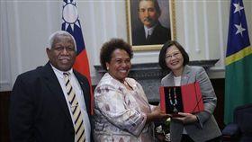 2018年5月總統蔡英文與索羅門何瑞朗(Hon. Rick Houenipwela)伉儷(圖/翻攝自總統府官網)