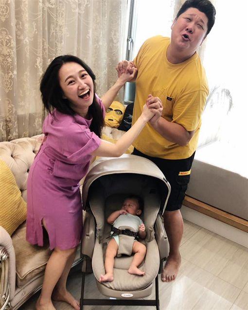哈孝遠跟老婆瑄瑄、6個月兒子「哈寶」。臉書