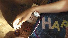 邊滑手機邊充電!18歲少年「疑觸電」床上暴斃亡(圖/翻攝自กู้ภัยสว่างคุณธรรม(Sawangkunnatum)臉書)