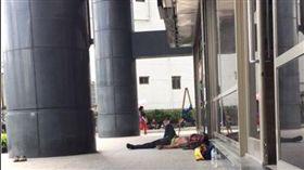 工人騎樓休息!遭警告「會被投訴」…他曬照吐辛酸網卻戰爆(圖/翻攝自爆怨公社臉書)