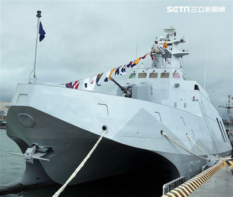 海軍首次選在基隆港東、西碼頭辦理裝備靜態展示、動態表演,茄比級潛艦首次開放民眾入內參觀。(記者邱榮吉/攝影)