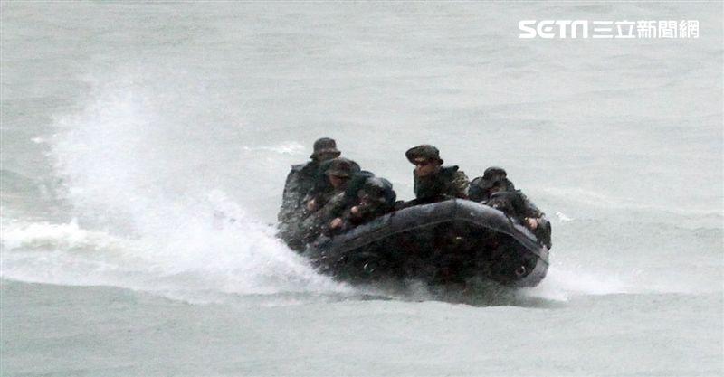 海軍陸戰隊兩棲偵搜大隊海上操舟。(記者邱榮吉/攝影)