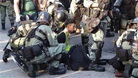反送中屯門遊行  港警逮捕示威者(2)香港反送中人士21日下午在屯門舉行遊行,港警於下午4時過後開始驅離行動,並在示威者投擲汽油彈後,逮捕示威者。中央社記者張謙香港攝  108年9月21日