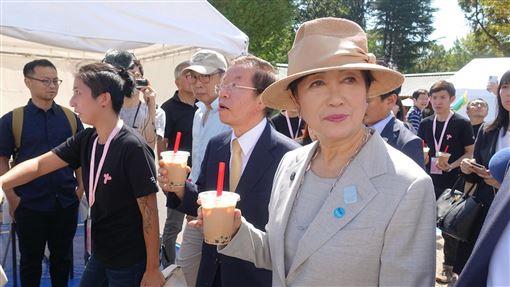 Taiwan Plus開幕 小池百合子到場品珍奶2019 Taiwan Plus 28日在東京上野公園開幕,東京都知事小池百合子(前右)到場,會後逛市集攤位時,也現場品嚐珍珠奶茶。中央社記者鄭景雯攝 108年9月28日